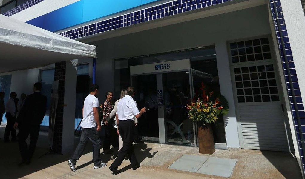 O Banco de Brasília (BRB) investiu cerca de R$ 200 milhões em projetos para renovação da estrutura tecnológica e melhoria no atendimento aos clientes.Todas essas transformações tecnológicas, no entanto, fizeram com que os indicadores de rentabilidade do 1º semestre de 2014 apresentassem redução