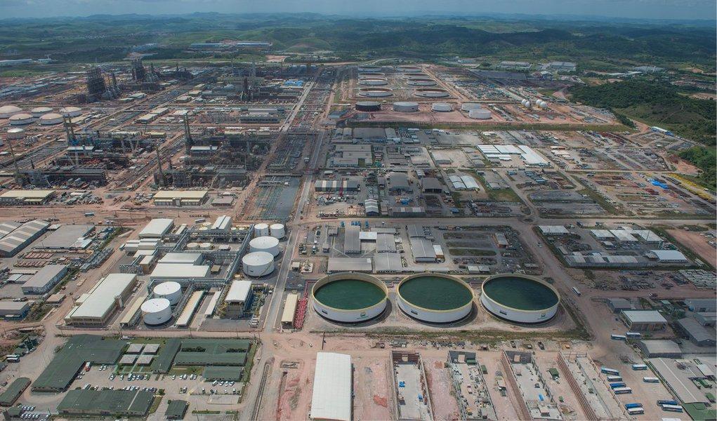 O navio tanque Elka Aristotle atracou nesta sexta-feira (5) no Complexo Industrial e Portuário de Suape, em Pernambuco. A chegada da embarcação de bandeira grega carregada com 350 mil barris de petróleo, originários de Guamaré (RN) marca o início dos testes de processamento da Refinaria Abreu e Lima (Rnest); quando estiver operando com 100% de sua capacidade, a Rnest poderá processar 230 mil barris de petróleo/dia