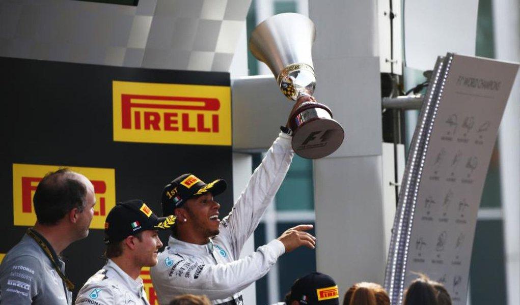 Lewis Hamilton recuperou-se de um começo com problemas para vencer o GP da Itália com a Mercedes, neste domingo (7), e cortar a vantagem de Nico Rosberg na liderança do Mundial de Fórmula 1 para 22 pontos; Rosberg terminou em segundo lugar, com o brasileiro Felipe Massa, da Williams, em terceiro, e a dominante Mercedes comemorou sua primeira dobradinha desde a Áustria, em junho, e a sétima em 13 corridas
