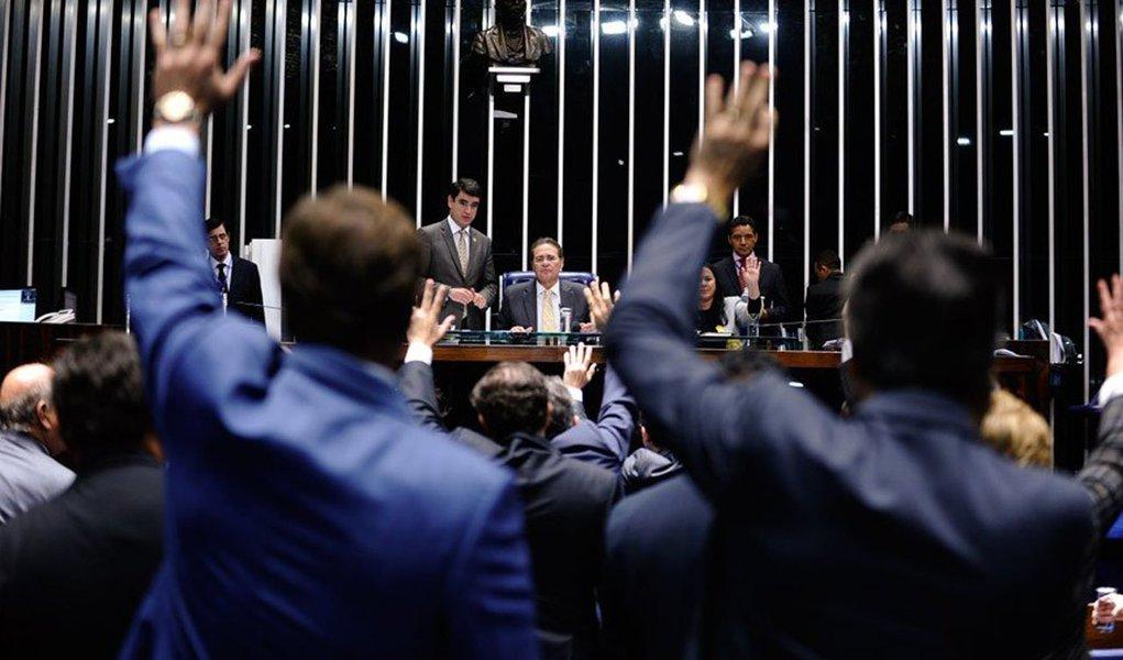 """Depois de mais de sete horas de debate com o ministro da Fazenda, Joaquim Levy, senadores se desentendem e permitem vitória momentânea do governo; pauta será retomada com impasse sobre temas do pacto federativo; """"O Plenário já demonstrou que não vai sonegar essa discussão. Como a matéria é importante, é preciso dar um tempo para que seja construída uma solução que equilibre definitivamente os interesses dos estados brasileiros"""", disse opresidente do Senado, Renan Calheiros (PMDB-AL)"""