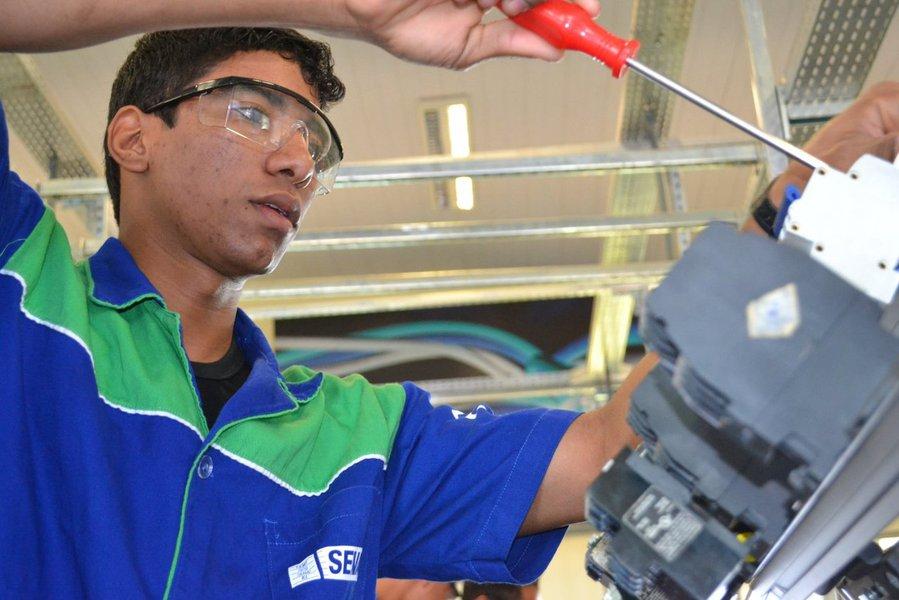 Número de trabalhadores empregados na indústria cresceu 1,7% entre os anos 2011 e 2012, segundo dados da Pesquisa Industrial Anual (PIA) do IBGE, divulgados nesta quarta-feira 3; total de ocupados na indústria chegou a 8,78 milhões em 2012