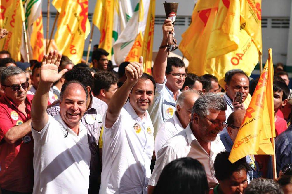 """As provocações nas eleições de Pernambuco só tendem a aumentar; ao comentar sobre a última pesquisa eleitoral, o candidato ao governo de Pernambuco Paulo Câmara (PSB) mostrou o seu otimismo e cutucou, indiretamente, ao seu principal adversário na disputa pelo Executivo estadual, o senador Armando Monteiro (PTB); """"É só o começo. Vamos continuar crescendo, crescendo e crescendo"""", disse Câmara, em carreata no Sertão; por sua vez, o vice de Armando, deputado Paulo Rubem (PDT), mostra que está tomando a dianteira para cutucar o PSB:""""a propaganda pode muito, mas na hora de governar, não faz muita coisa"""""""