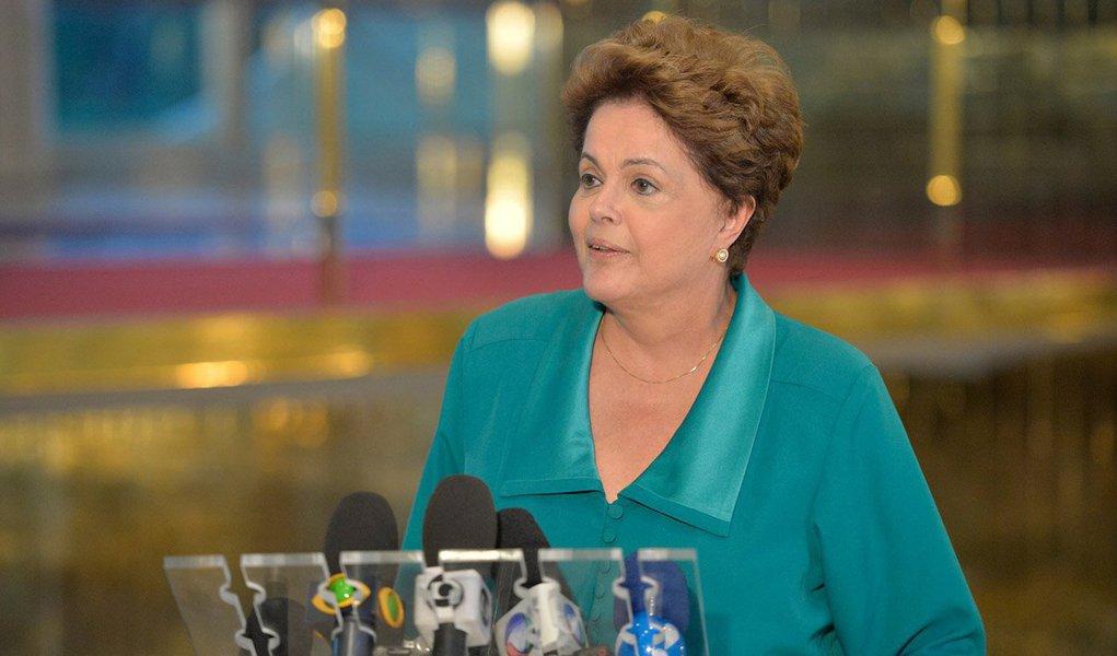 """Em pronunciamento no Palácio da Alvorada, a presidente Dilma Rousseff demonstrou """"preocupação"""" com o programa de governo da adversária Marina Silva; ela disse que leu """"durante o fim de semana"""" as propostas da socialista e ficou """"muito preocupada"""" sobre a criação de empregos, principalmente na área da indústria;""""Estou me referindo basicamente sobre conteúdo nacional. A política de conteúdo local tem uma base: produzir no Brasil o que pode ser produzido no Brasil. Fico muito preocupada e queria dizer que não fui eleita para desempregar ou reduzir importância da indústria"""""""