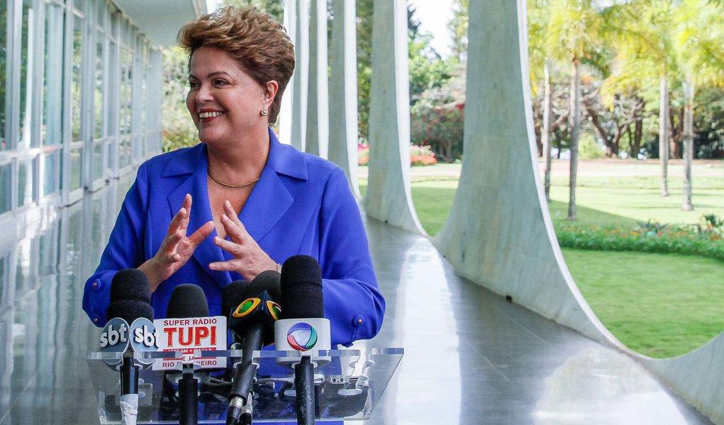 """Presidente disse hoje que não """"acha necessária"""" a independência do Banco Central e criticou propostas que sugerem a autonomia técnica da instituição, sem o controle do governo e do Congresso Nacional; """"O que estão querendo aplicar não está dando certo no mundo, que é uma política recessiva aberta"""", criticou. """"Querem fazer um baita ajuste, um baita superávit primário, aumentar os juros para danar, reduzir empregos e reduzir salários"""", acrescentou Dilma, em entrevista coletiva no Palácio da Alvorada;a petista apresentou uma proposta para o setor das micro e pequenas empresas"""