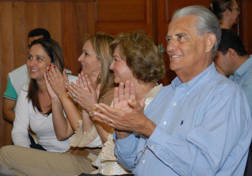 Candidata à reeleição como deputada distrital, Liliane Roriz (PRTB-DF) pulou de R$ 344 mil declarados na arrecadação da segunda parcial da prestação de contas de 2010 para R$ 745 mil, neste ano, com doações da empresa UTC Engenharia, citada na Operação Lava Jato; impugnada pelo TSE, a deputada federal Jaqueline Roriz (PMN-DF) encontra dificuldades na arrecadação e a movimentação para emplacar o filho Joaquim Roriz Neto como sucessor na Câmara Federal não desperta interesse de doadores; Weslian Roriz (PRTB) é 1ª suplente do candidato a senador Gim Argello (PTB), em terceiro lugar nas pesquisas de intenções de voto