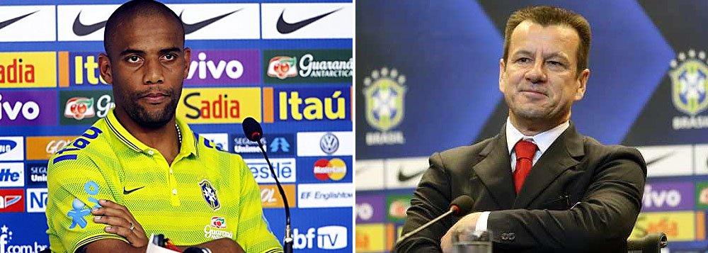 """Técnico garantiu que o lateral-direito pode voltar a ter chances na seleção brasileira apesar de ter sido cortado do amistoso de terça-feira contra o Equador por ter se reapresentado com atraso após uma folga; """"Não podemos colocar nada como definitivo"""""""