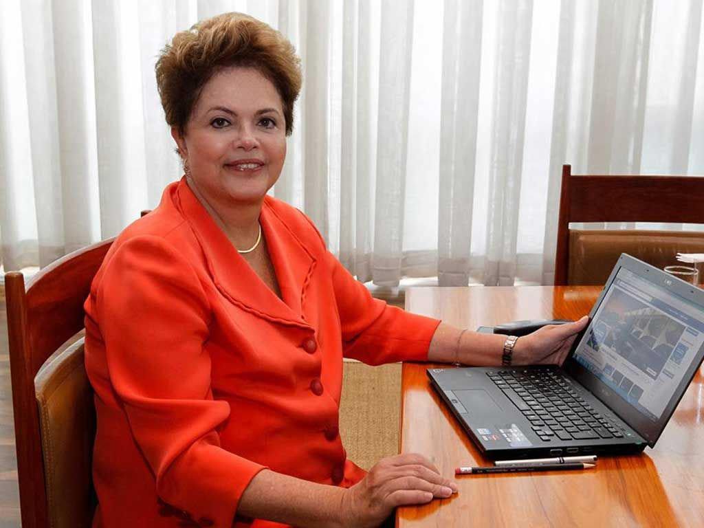 Ministros entenderam que a presidente Dilma Rousseff não cometeu irregularidade ao fazer uma conversa virtual, por meio da rede social Facebook, em julho, para falar sobre o Programa Mais Médicos;ação foi proposta pelo candidato Aécio Neves (PSDB), que pediu aplicação de multa entre R$ 5 mil e R$ 100 mil