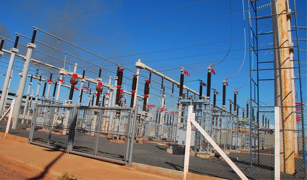 """Comitê de Monitoramento do Setor Elétrico avaliou nesta quarta-feira, 3, que o setor elétrico """"apresenta-se estruturalmente equilibrado""""; ampliação da capacidade de geração e transmissão com novas usinas, linhas e subestações em fase de conclusão estão entre os motivos da segurança energética; comitê calculou em 4,8% o risco de faltar energia nas regiões Sudeste e Centro-Oeste em 2015. O critério estabelecido pelo Conselho Nacional de Política Energética estabelece um risco máximo de 5%. No balanço anterior, o risco para a região era avaliado em 4%; no caso da Região Nordeste, o risco é estimado em 0,5%"""