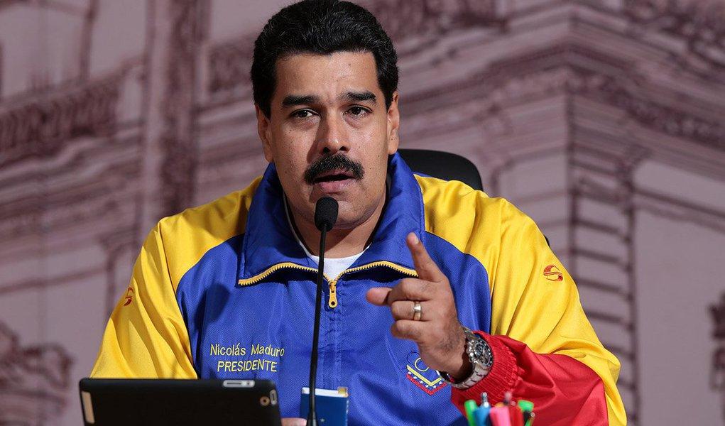 """Após ter seu país declarado como ameaça à segurança nacional dos Estados Unidos, o presidente da Venezuela, Nicolás Maduro, afirmou nesta sexta-feria, 13, em uma feira de livros que prepara um evento em Washington para fazer pressão contra a medida; """"Exigimos, por meio de todos os canais diplomáticos mundiais, que o presidente Obama retifique e revogue o decreto imoral que declara a Venezuela uma ameaça para os Estados Unidos"""", disse;governo Maduro exigiu provas da ameaça da Venezuela à segurança dos EUA; por outro lado, acusa Washington de ajudar golpistas e preparar uma intervenção militar no país"""