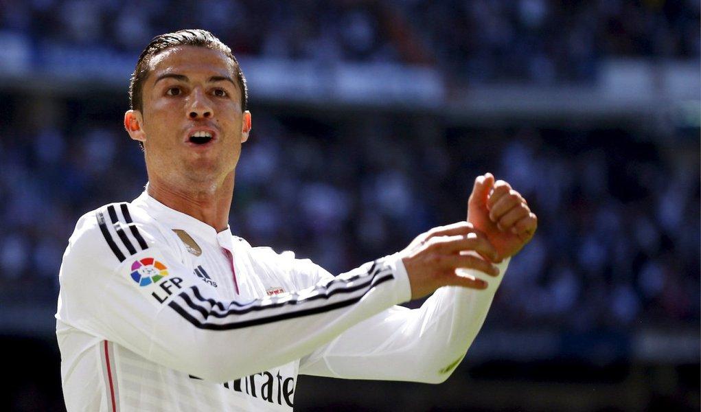 """Os cinco gols de Ronaldo, primeira vez que ele alcança essa marca, levaram sua estatística para 36 gols na temporada, com quatro a mais que o craque Lionel Messi, do Barça, que terá a chance de diminuir a diferença ainda neste domingo quando o Barcelona enfrenta o Celta de Vigo;A vitória esmagadora do vice-líder Real era exatamente o tônico que o time precisava depois de uma série de três derrotas em quatro jogos contanto com todas as competições que disputa, incluindo a vitória do Barça por 2 x 1, de virada, no """"El Clasico"""", no dia 22 de março"""