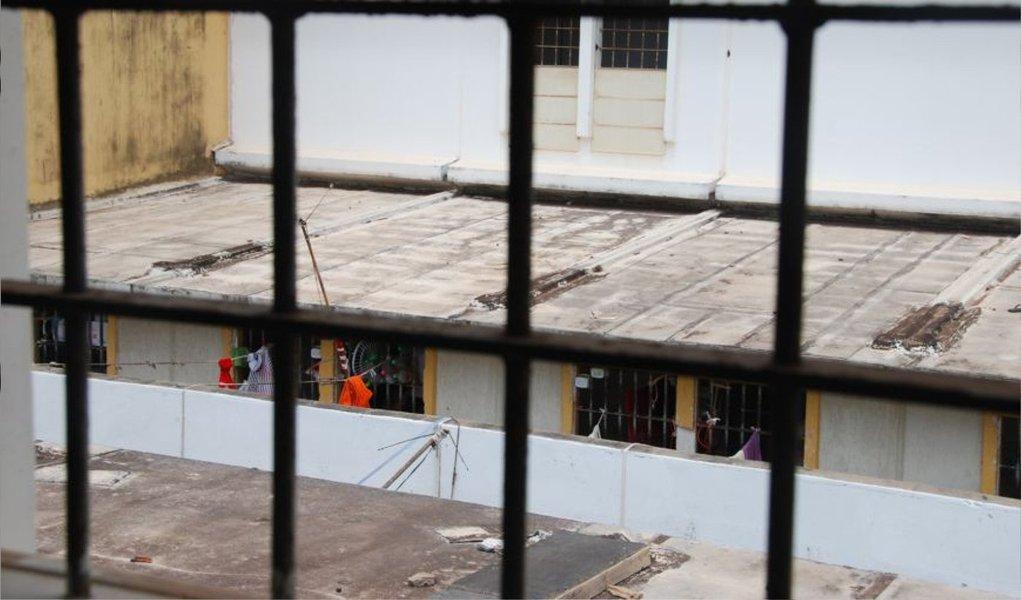 A Secretaria de Justiça e Administração Penitenciária (Sejap) do Maranhão instaurou uma sindicância para apurar as circunstâncias em que o diretor do Complexo Penitenciário de Pedrinhas, em São Luís (MA), Salomão Mota, emprestou seu próprio celular a um dos presos que cumprem pena na unidade; o fato foi gravado em um vídeo tornado público, no fim de semana, pelas redes sociais
