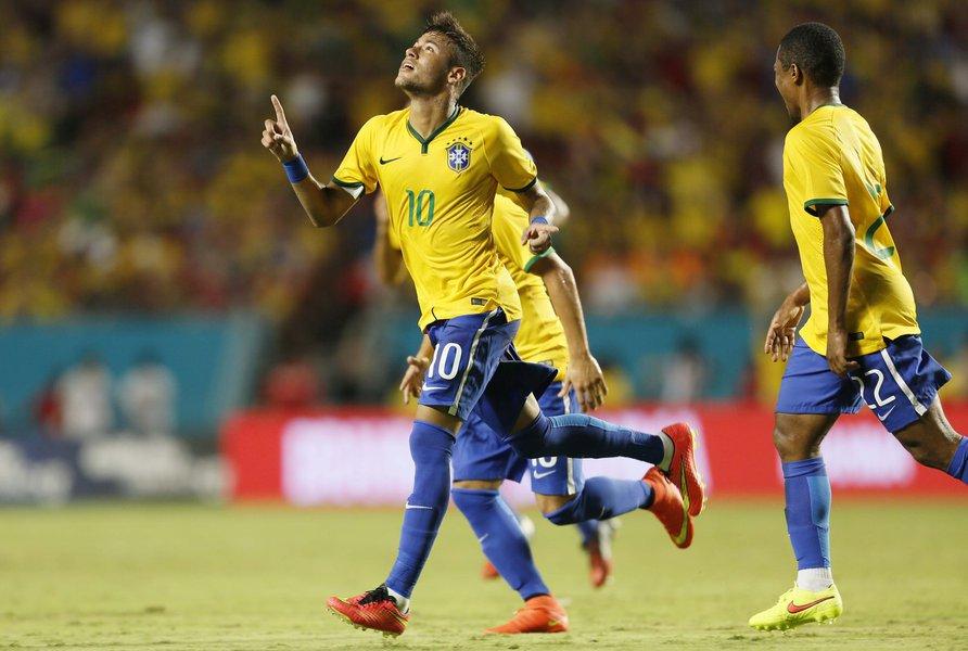 """Com uma cobrança de falta perfeita no final da partida, o capitão da seleção brasileira garantiu a vitória do Brasil por 1 x 0 sobre a Colômbia, nesta sexta-feira à noite, em amistoso disputado nos Estados Unidos; """"Foi um começo de trabalho com o pé direito, e espero que a gente possa evoluir ainda mais"""", disse Neymar após a partida"""