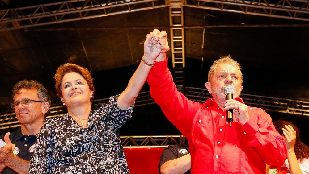 """O comício da presidente Dilma Rousseff (PT) e do ex-presidente Luiz Inácio Lula da Silva (PT), no Recife, foi marcado pelas críticas contra """"as elites"""" que fazem uma oposição radical às gestões petistas e por indiretas contra a adversária Marina Silva, candidata do PSB à Presidência da República, e ao senador mineiro Aécio Neves (PSDB); os petistas criticaram """"os que viram a casaca"""" – uma referência ao fato de Marina ter integrado o governo Lula e hoje estar no campo da oposição – e afirmaram que a única """"previsibilidade"""" que Aécio neves tem pela frente é o fato """"que ele já está fora da disputa eleitoral em 2014"""""""