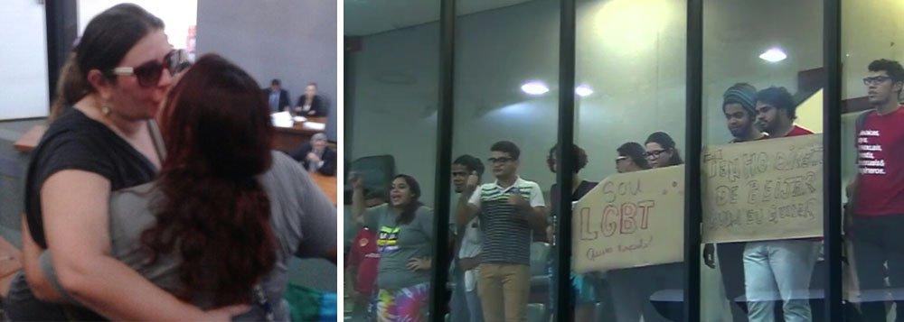 """Em protesto contra a aprovação de moção de repúdio ao beijo das atrizes Fernanda Montenegro e Natália Timberg, cerca de 30 manifestantes da causa LGBT realizaram um 'beijaço' gay na Assembleia Legislativa, nesta terça-feira, 31; com cartazes e palavras de ordem eles ocuparam as galerias da Assembleia durante a sessão; deputado Eli Borges (Pros), autor da proposta, foi chamado de homofóbico; da tribuna, Eli reagiu; """"Em nenhum momento disse que eles não têm direito a beijar quem quiser, ou fiz desrespeito a qualquer cidadão. Mas o deputado Eli Borges tem direito a opinião. E a minha opinião é que a intimidade deve ser vivida na intimidade"""", disse"""