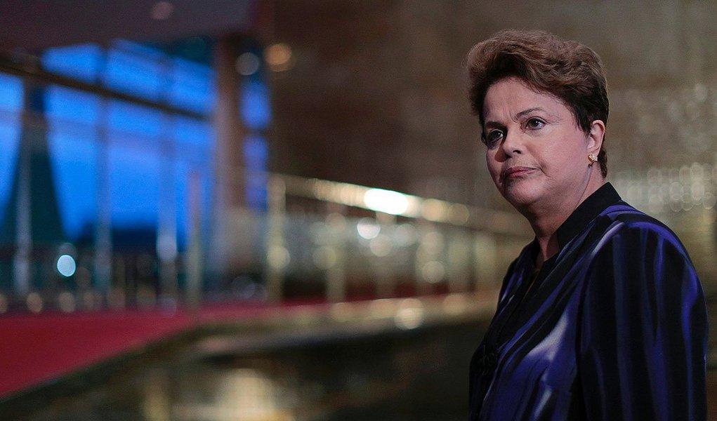 """Em entrevista no Palácio do Planalto, a presidente Dilma Rousseff negou qualquer ideia de regulação de conteúdo, mas defendeu o que considera regulação econômica da mídia: 'Eu defendo a liberdade de expressão e ela não é só liberdade de imprensa, mas é o direito de todo mundo que tiver uma opinião, mesmo que você não concorde com ela, ele tem direito de expressar. Mas qualquer outro setor, como transportes, energia, petróleo... tem regulações e a mídia não pode ter? Oligopólio e monopólio'; quanto à comparação de seu governo com o bolivarianismo,feita pelo ministro Gilmar Mendes, do STF,diz que é """"uma vergonha, uma excrescência, por não ter similaridade""""; """"Essa história de bolivarianismo está eivada de camadas, segmentos, de preconceito, contra o meu governo"""""""