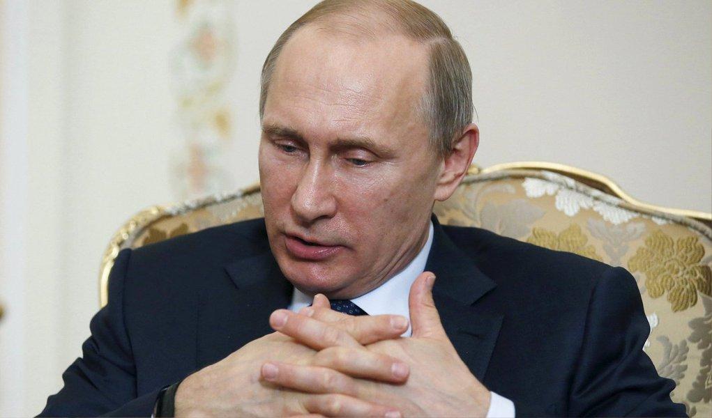 Presidente russo, Vladimir Putin, abriu caminho nesta segunda-feira a uma remessa de sistemas de mísseis ao Irã longamente adiada, e Moscou iniciou um programa de troca de petróleo por mercadorias com Teerã, mostrando a determinação do Kremlin em fortalecer laços econômicos com a República Islâmica