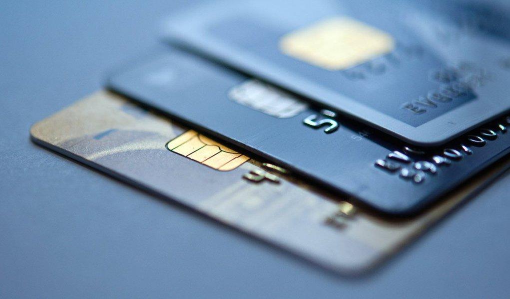 Levantamento divulgado nesta quarta-feira, 11, pela Associação Nacional de Executivos de Finanças, Administração e Contabilidade mostra que todas as seis linhas de crédito pesquisadas para pessoa física sofreram elevação: juros do comércio, de 4,9% ao mês em janeiro, para 5,1% em fevereiro e cartão de crédito, de 11,2% para 11,6%, a maior taxa desde julho de 1999;cheque especial subiu de 9,1% para 9,4%, o maior desde julho de 2003