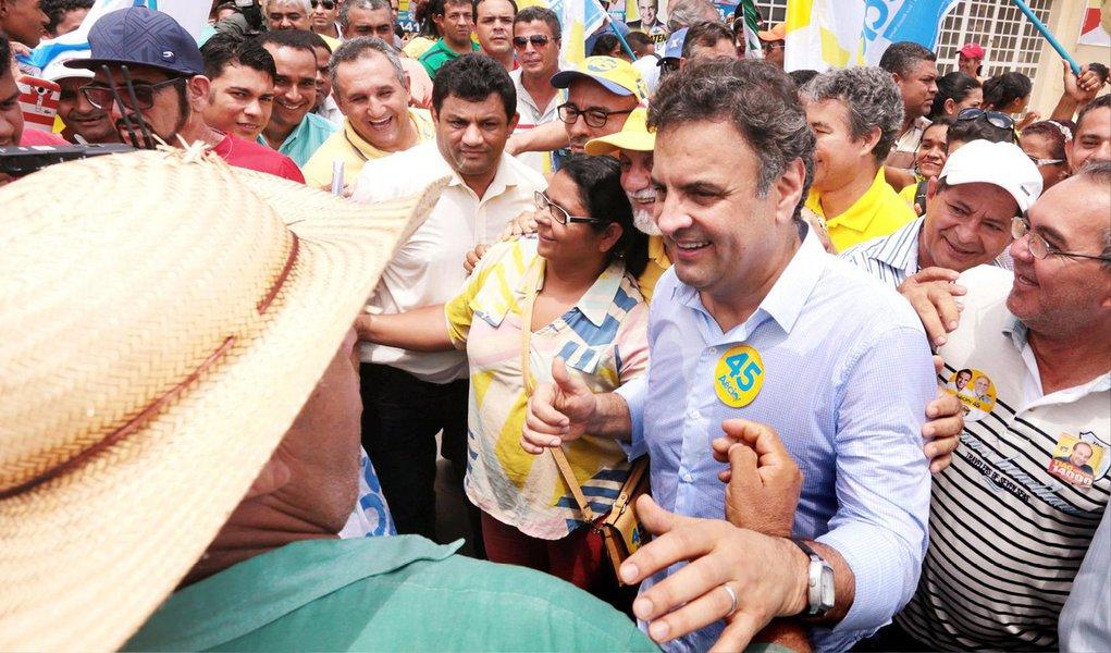 """Em caminhada na Zona Oeste da capital fluminense, o presidenciável Aécio Neves (PSDB) disse que é contra a reeleição e defendeu mandato único de cinco anos para todos os governantes e criticou a presidente Dilma; """"Eu apresentei essa proposta lá atrás, pelo fim da reeleição. Eu acho que a presidente da República desmoralizou a reeleição. Mandato de cinco anos para todo mundo"""", afirmou o tucano"""
