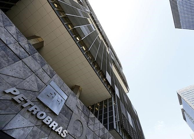 """No dia 13, iremos mostrar para o Brasil que a Petrobras """"é nossa e ninguém tasca"""". Vamos sair as ruas contra o entreguismo e  contra as falácias da mídia comprometida"""