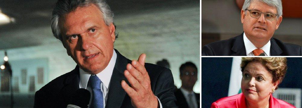 """Senador Ronaldo Caiado (DEM-GO) critica o procurador-geral da República, Rodrigo Janot, por não pedir a abertura de investigação contra a presidente Dilma Rousseff, sob o argumento de que o parágrafo 4º do artigo 86 da Constituição Federal impede a responsabilização do chefe do Poder Executivo federal, na vigência de seu mandato, por atos estranhos ao exercício de suas funções; segundo ele, """"se trata de uma leitura antirrepublicana desse dispositivo constitucional"""""""