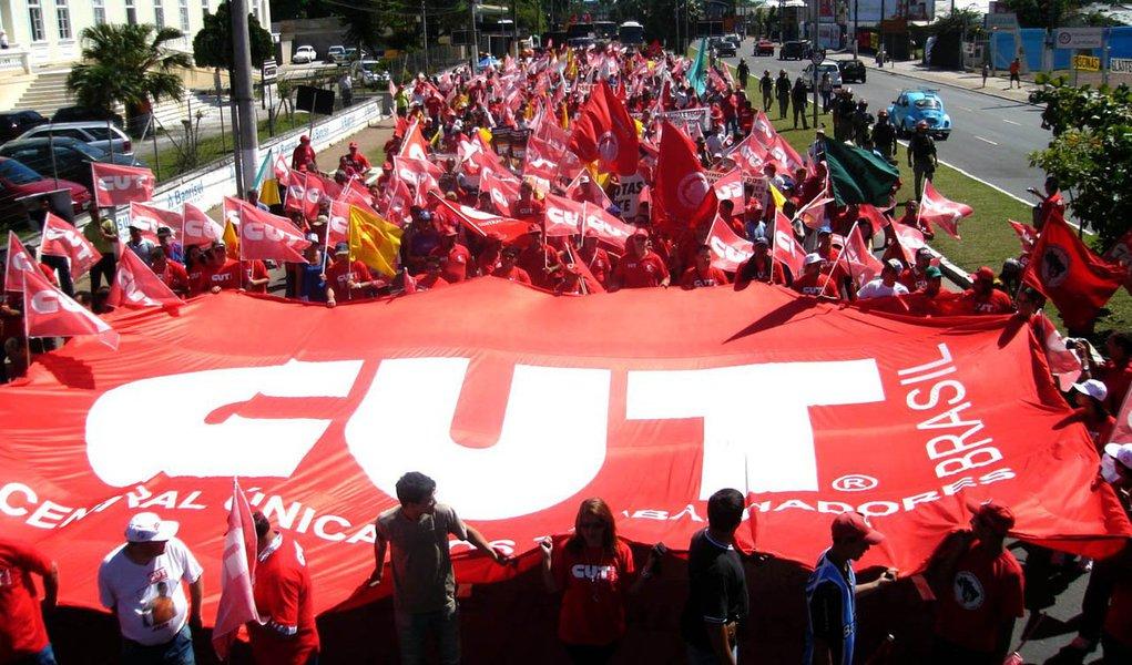 Em São Paulo, o ato terminou por volta de 14h na Praça da República, região central; entidade protesta no Dia Nacional de Luta em Defesa dos Direitos da Classe Trabalhadora contra a aprovação do projeto 4330, que libera a terceirização para todas as atividades das empresas