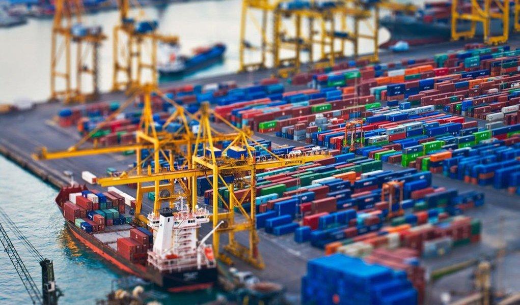 A balança comercial brasileira voltou a ter déficit (exportações menores que importações) na segunda semana de novembro, de US$ 804 milhões. O valor resulta de US$ 3,678 bilhões em exportações e US$ 4,482 bilhões em importações