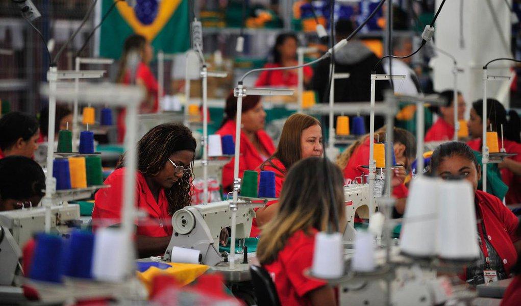 Apesar de ter caído nos últimos 14 anos, a diferença salarial ente homens e mulheres no Rio Grande do Sul ainda é significativa; elas ganham 24,6% a menos, de acordo com boletim divulgado pela Fundação de Economia e Estatística (FEE); no ano passado, o rendimento médio real das mulheres da Região Metropolitana de Porto Alegre foi de R$ 1.579; no mesmo período, o rendimento médio dos homens foi de R$ 2.093; em 2000, diferença entre os salários dos homens era 31,7%
