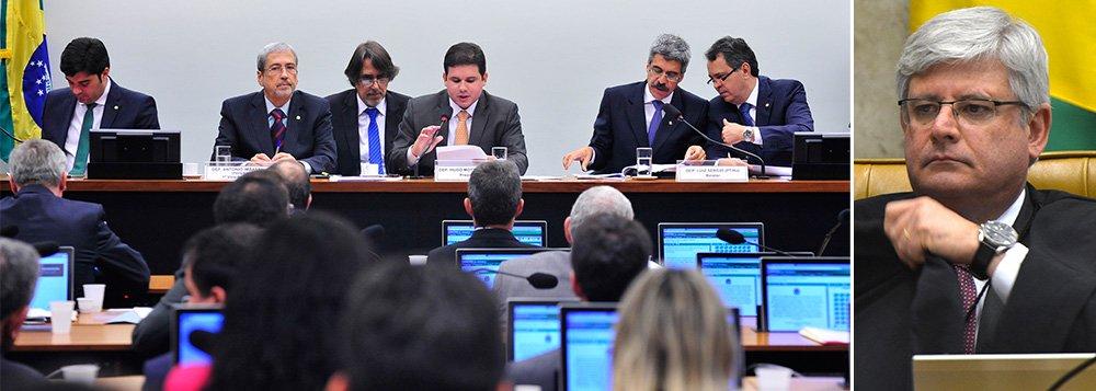 A Comissão Parlamentar de Inquérito (CPI) da Petrobras vai pedir ao procurador-geral da República, Rodrigo Janot, o acesso à lista com os nomes dos 54 indiciados na Operação Lava Jato da Polícia Federal;solicitação consta em um dos 109 requerimentos aprovados nessa quinta-feira, 5, pela comissão; a lista foi entregue por Janot ao Supremo Tribunal Federal na terça-feira, 3;está previsto para esta sexta-feira, 6, a decisão do ministro Teori Zavascki sobre a quebra do sigilo dos nomes
