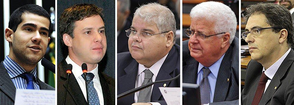 Empreiteiras investigadas pela Operação Lava Jato fizeram doações para 255 deputados nas eleições desse ano; os parlamentares que mais receberam, em ordem de volume de dinheiro, são Alexandre Leite (DEM-SP), Arthur Bisneto (PSDB-AM), Lúcio Vieira Lima (PMDB-BA), Nelson Meurer (PP-PR) e Carlos Zarattini (PT-SP); cada um foi beneficiado com mais de R$ 1 milhão cada