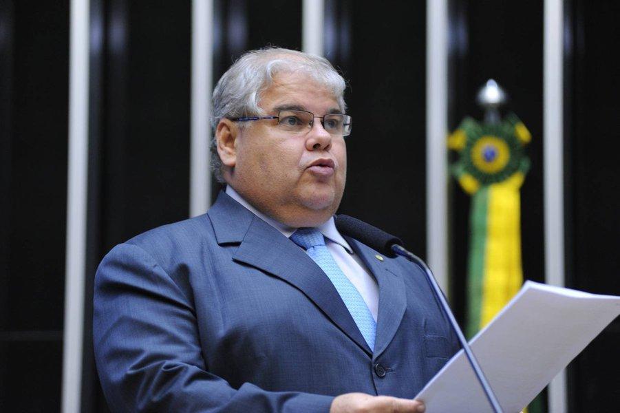 """Integrante da ala rebelde do PMDB, o deputado Lúcio Vieira Lima afirma sem meias palavras que seus correligionários estão trabalhando para enfraquecer o PT na nova CPI da Petrobras; """"O presidente da CPI, Hugo Motta (PMDB), demonstrou no primeiro mandato muita competência e seriedade. Confio nele. Lamentei que o relator tenha sido do PT, mas estamos vendo uma forma de criar três sub-relatorias com objetivo de diminuir a influência do PT quando for fazer o relatório para evitar que não sejam feitas as verdadeiras apurações""""; o PMDB ficou com a presidência da comissão e os petistas ficaram com a relatoria"""