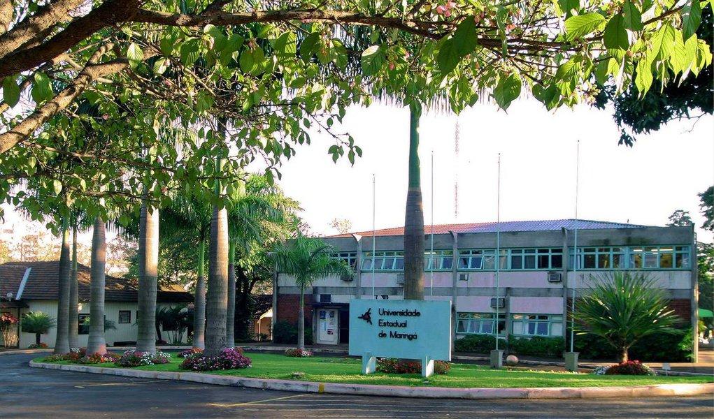 Professores e agentes de cinco das sete universidades estaduais do Paraná suspenderam a greve que durava cerca de um mês; os servidores, docentes e técnicos, representados pelo Sindicato dos Trabalhadores em Estabelecimentos de Ensino de Maringá (Sinteemar) foram os primeiros a decidir pela suspensão do movimento, por prazo indeterminado