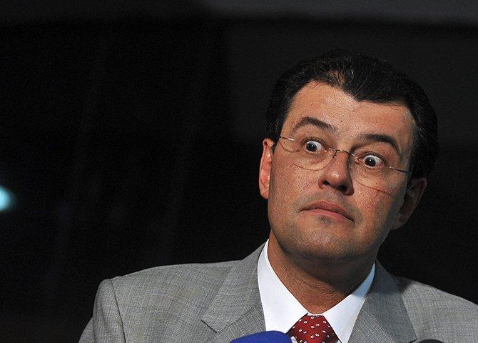 O que está em jogo (esse Ministro provavelmente encharcou-se até aos ossos de Ayahuasca) é gigantesco e envolve a vontade do povo brasileiro definida nas urnas em quatro processos eleitorais presidenciais