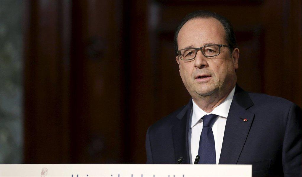O presidente francês, François Hollande, pediu pelo fim do embargo comercial dos Estados Unidos a Cuba e vislumbrou um papel maior para a França no engajamento de Cuba com o Ocidente, durante a primeira visita de um chefe de Estado francês a Cuba; Cuba está em negociações diplomáticas com a União Europeia e os EUA em meio a um intenso interesse mundial no país após uma reaproximação com Washington em dezembro; Hollande, viajando com uma série de executivos franceses, é o primeiro líder europeu ocidental no cargo a visitar Cuba desde 1986