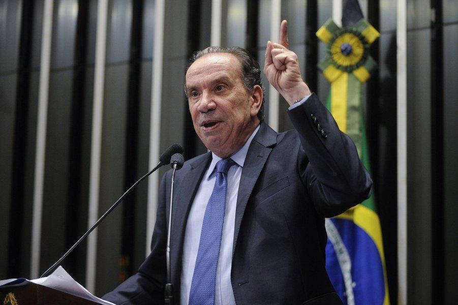 """Senador tucano, que se candidatou à vice-presidência na chapa de Aécio Neves, disse em discurso nesta terça-feira 28 ter sido """"pessoalmente agredido por canalhas escondidos nas redes sociais a serviço de uma candidatura""""; """"Quem mente na campanha não tem autoridade moral para pedir diálogo. Comigo, não. Estende uma mão e, com a outra, tem um punhal para ser cravado nas costas"""", atacou Aloysio Nunes, em novo discurso black bloc"""