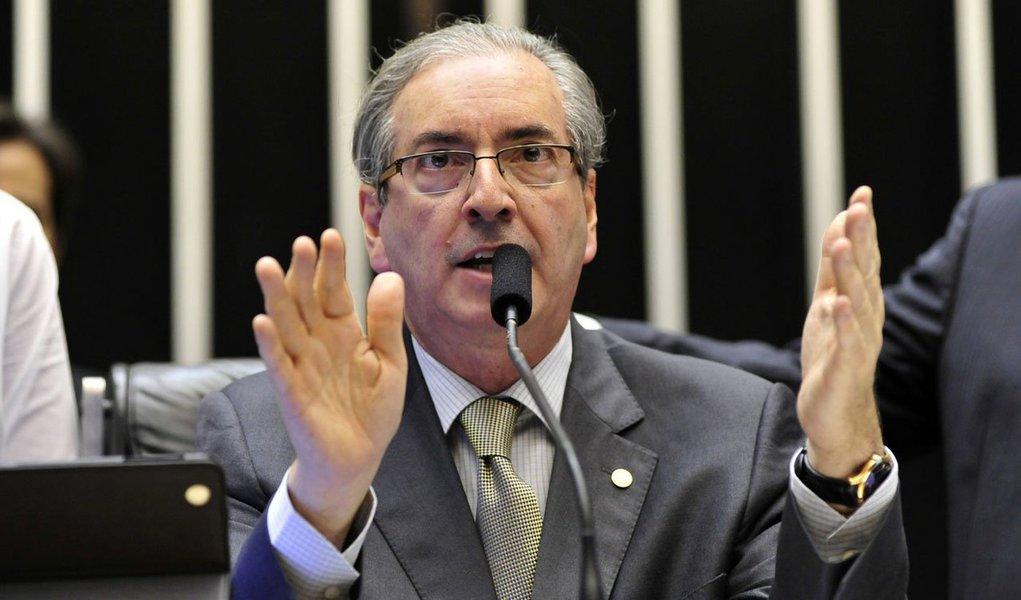 """Durante evento no Rio de Janeiro nesta segunda-feira, 9, o presidente da Câmara, Eduardo Cunha (PMDB), deixou claro que rejeita a ruptura do mandato da presidente Dilma Rousseff; """"Acho que isso é golpe. Ela foi eleita legitimamente, tem um mandato a cumprir. Aqueles que votaram nela e porventura se arrependeram, deveriam ter esse juízo de valor antes de votar, e terão a oportunidade de rever na próxima eleição""""; Cunha salientou que não dá para aceitar essa forma ilegal de se arrancar do Poder quem foi eleito pelo povo, de maneira legítima; Cunha prometeu trabalhar pela governabilidade, """"sempre"""", apesar da crise política"""
