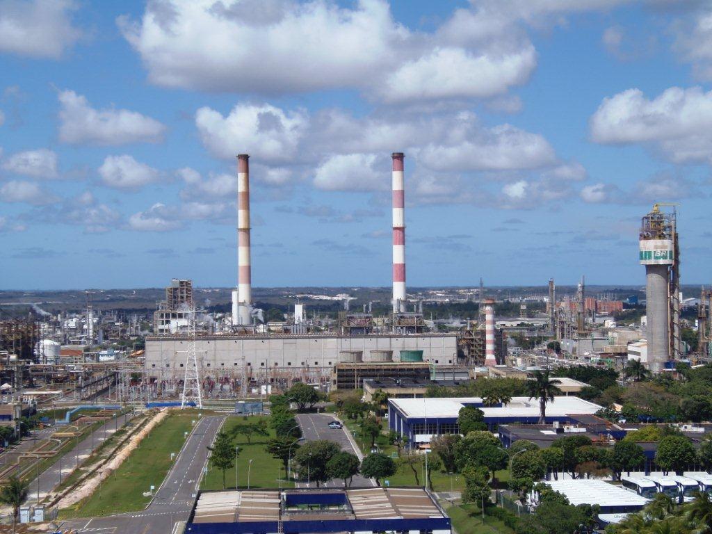 Dados da Pesquisa Industrial Mensal - Produção Física Regional, do IBGE, revelam que entre janeiro de 2014 e janeiro deste ano, a produção industrial da Bahia teve queda de 12,4%, segunda mais acentuada os 14 estados que participam do levantamento; o segmento de refino de petróleo e biocombustíveis sofreu retração de -50,7%; queda é puxada também pelos segmentos de equipamentos de informática (-75,7%), metalurgia (-21,6%), bebidas (-17%), minerais não metálicos (-13,5%) e produtos químicos (-2,4%)