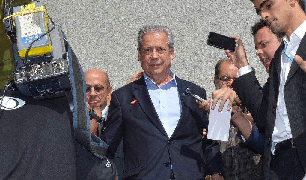 Ex-ministro, que cumpre prisão domiciliar em Brasília, está nesta sexta-feira 27 em um hospital da capital federal, onde passa por uma bateria de exames para confirmar o diagnóstico; ele foi ao médico essa semana depois de ter detectado vermelhidão em um dos olhos