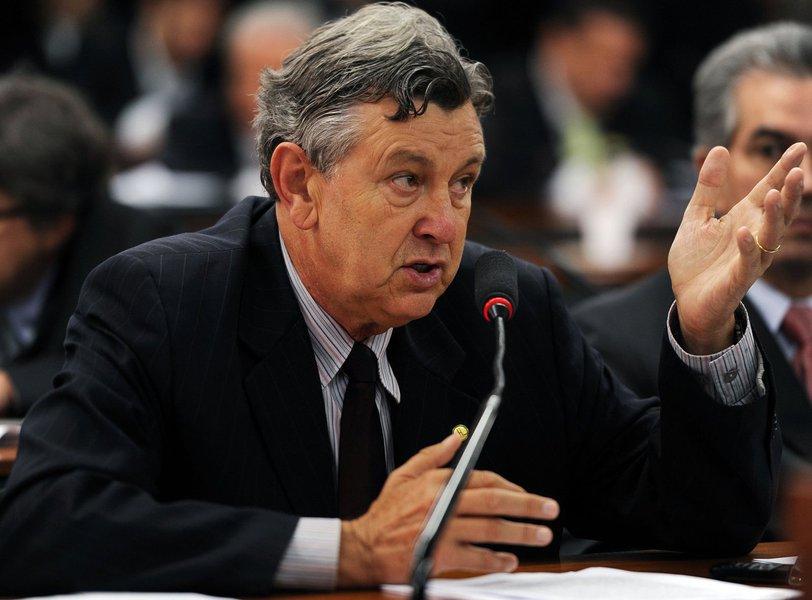 """Seis deputados gaúchos que estão na lista da Procuradoria Geral da República (PGR) para serem investigados na Operação Lava Jato negaram o envolvimento com o esquema de corrupção entre Petrobras, políticos e empreiteiras; um deles éLuiz Carlos Heinze (PP-RS), que disse ter recebido a notícia com """"estranheza""""; """"Não tenho nenhum envolvimento, todos conhecem minha posição dentro do partido. Estou limpo e tranquilo quanto a esta questão"""", afirmou"""