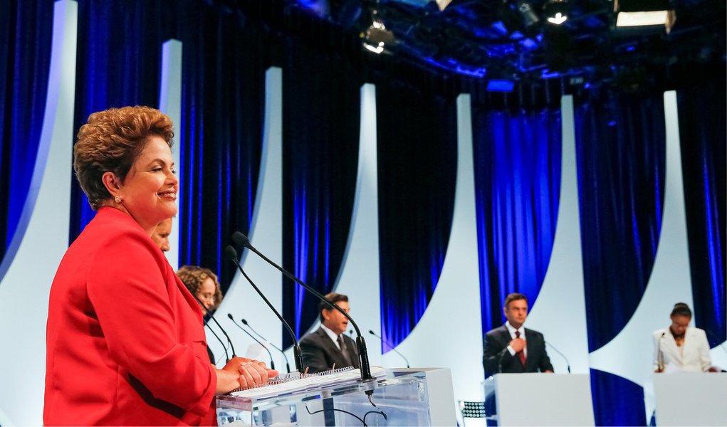 Após participar do debate no SBT, a presidente Dilma Rousseff (PT) se reunirá na noite desta segunda (1º) com o ex-presidente Lula e o comando da campanha para avaliar seu desempenho; participarão da reunião o ex-ministro Franklin Martins, o marqueteiro João Santana, o ministro Aloizio Mercadante (Casa Civil) e o presidente do PT, Rui Falcão