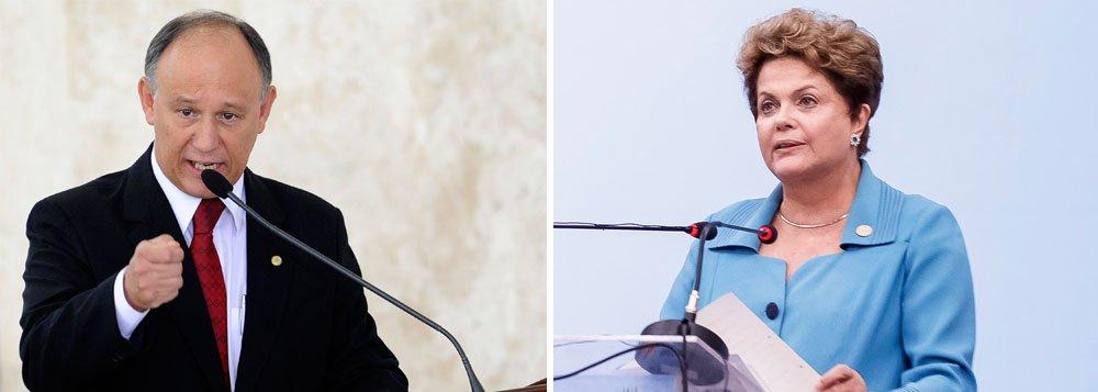 """Faltando três dias para a realização de uma série de manifestações programadas contra a presidente Dilma Rousseff, o ministro das Relações Institucionais, Pepe vargas, disse que a defesa do impeachment """"é algo que cheira a golpe""""; """"Há uma presidente no exercício do seu cargo ungida pelas urnas, e falar em impeachment é desrespeitar a vontade majoritária da população brasileira que foi às urnas, é algo que cheira a golpe. Isso é inadmissível"""", disse"""