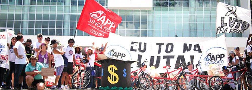 """Diferente do que divulga a velha mídia, o governo Beto Richa (PSDB) não atendeu a maior parte da pauta de reivindicações de professores e funcionários de escola em greve há 25 dias; pelo contrário, de acordo com nota da APP-Sindicato;""""Informamos a todos que a APP-Sindicato não foi notificada e, portanto, é válida a deliberação tomada na ultima assembleia da categoria, por cerca de 20 mil educadores, de que a greve da educação continua"""""""
