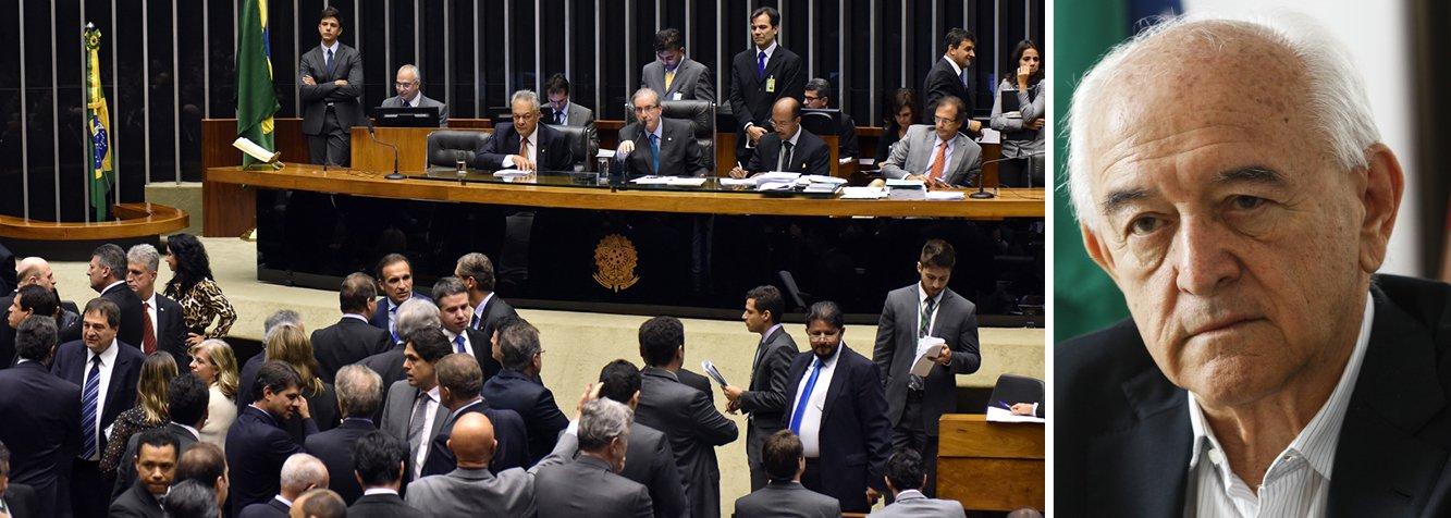 O governo venceu a guerra da MP 665, primeira etapa do ajuste fiscal, na Câmara, por apenas 25 votos de frente; uma vitória apertada, pois teria perdido sem os 15 votos que teve na oposição, oito do DEM e sete do PSB; não seriam 15 a menos mas 15 do outro lado; a situação foi tão delicada porque aliados, como o PDT, votaram unidos contra o projeto; a revolta do PT e demais legendas da base com o PDT é grande, informa a colunista Tereza Cruvinel; agora esses partidos vão pedir a Dilma e a Temer que haja uma retaliação à altura: se os pedetistas querem ser oposição, serão, mas ficarão sem o Ministério do Trabalho