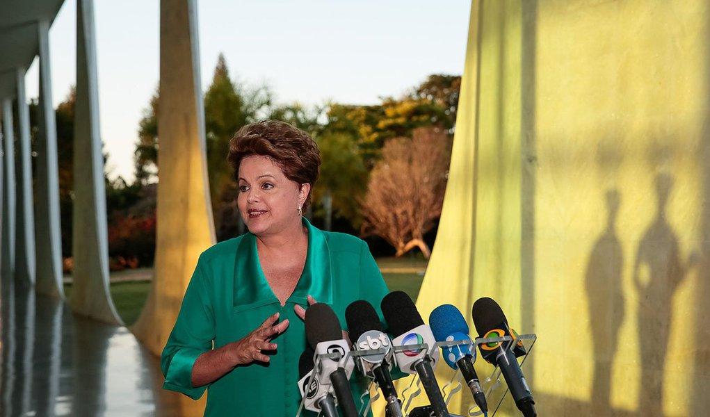 Dilma Jane Rousseff, de 91 anos, mora com a filha em Brasília, no Palácio da Alvorada; presidente cancelou sua presença, na capital mineira, no balanço da campanha Justiça pela Paz em Casa; coordenado pela ministra Cármen Lúcia, do Supremo Tribunal Federal, o programa tem o objetivo de acelerar os processos e julgamentos de acusados de violência contra a mulher; o vice-presidente Michel Temer deve comparecer ao evento