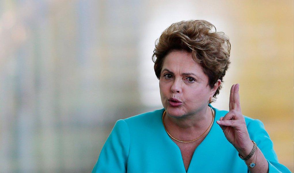 """Presidente Dilma Rousseff disse nesta segunda-feira (8) que há """"uso eleitoreiro"""" das denúncias de corrupção na Petrobras e que seus adversários na disputa pela Presidência da República deveriam """"olhar os seus telhados"""" antes de criticarem o governo e a estatal; """"Eu não vou ficar aqui falando do telhado de ninguém, mas eles devem olhar os seus telhados. O meu telhado tem a firme determinação na investigação. Ele é um telhado cobertinho pela Polícia Federal investigando, o Ministério Público com autonomia"""", disse"""