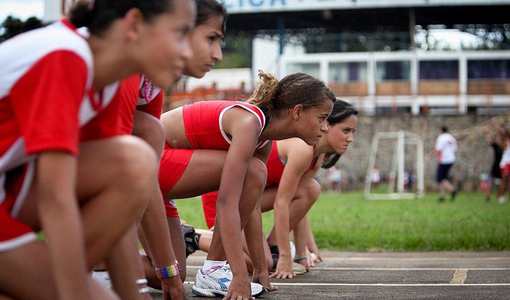 Inscrições para seleção no programa Bolsa Atleta começam nesta terça-feira ; processo deverá ser feito exclusivamente no site do Ministério do Esporte até 31 de maio e tem como base os resultados esportivos de 2014 nas modalidades que compõem o programa dos Jogos Olímpicos e dos Jogos Paralímpicos; atletas beneficiados recebem ajuda financeira durante um ano para que se dediquem, com exclusividade, ao treinamento e competições locais, sul-americanas, pan-americanas, mundiais, olímpicas e paralímpicas