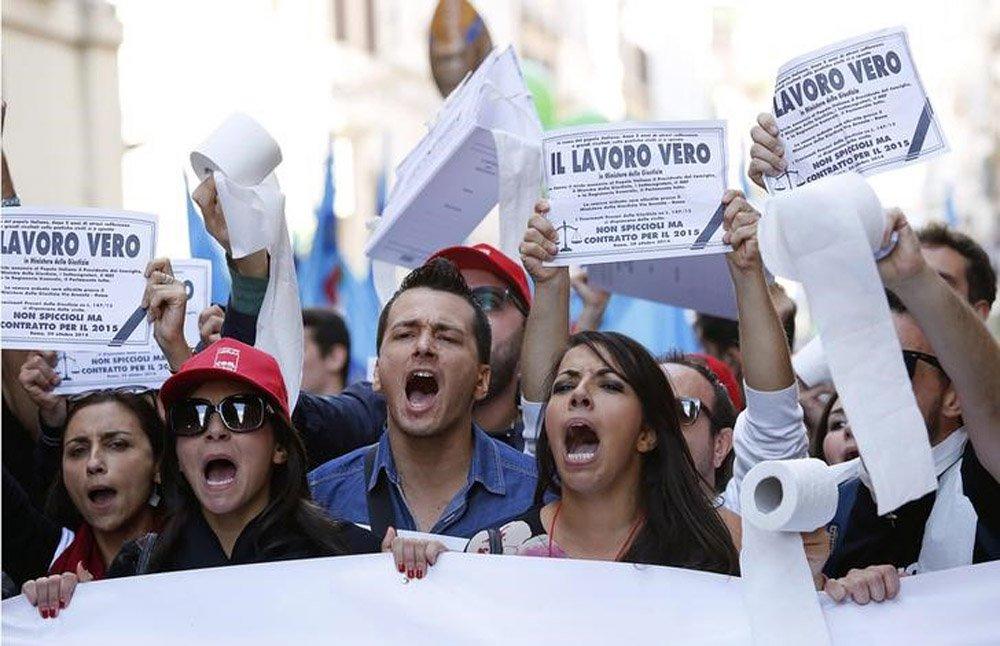Protesto organizado por sindicatos de funcionários públicos no centro de Roma. 8/11/2014. REUTERS/Remo Casilli