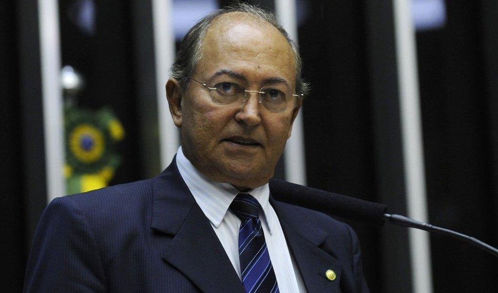 O deputado federal Lázaro Botelho (PP) pediu o seu afastamento do Conselho de Ética da Câmara Federal e da CPI da Petrobras; o afastamento é consequência da inclusão do congressista na lista da PGR enviada ao STF com o pedido de abertura de inquéritos para investigar pessoas citadas em depoimentos na Operação Lava Jato; dos membros titulares da CPI, Lázaro foi o único nome incluído na lista do procurador-geral da República, Rodrigo Janot