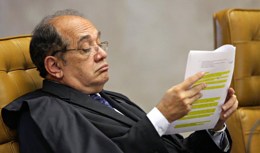 Mesmo após o Ministério Público Eleitoral questionar a relatoria de Gilmar Mendes no processo de contas da campanha de Dilma Rousseff, o ministro despachou pela primeira vez no caso nesta segunda (17); justificando a ''exiguidade'' dos prazos para analisar a prestação de contas, ele solicitou à unidade técnica do TSE informações sobre as contas de Dilma e do comitê financeiro presidencial do PT; para o MPE, processo teria que ser distribuído para outro ministro da mesma classe (a dos advogados) de Henrique Neves, que estava responsável pelas contas, e não para a de Mendes (ministros do STF)