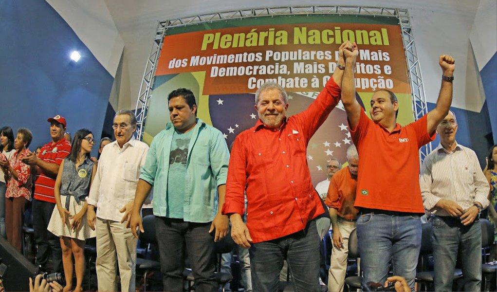 """Ex-presidente Lula fez nesta terça (31) um longo discurso em defesa do governo Dilma durante a Plenária Nacional das centrais sindicais e dos movimentos sociais em SP; ele comparou situação atual com o início do seu segundo mandato em 2007; """"As manchetes falavam dos cortes que fiz no orçamento, depois de que eu tinha tido queda de popularidade. Em janeiro de 2007 teve a seguinte manchete: 'Fim do governo Lula'. As manchetes de hoje contra Dilma são mais duras, violentas e mais virulentas do que contra mim. Mas só estamos começando o segundo mandato de Dilma e temos muito a fazer. Então acreditem que Dilma pode terminar melhor do que eu terminei o segundo mandato"""", afirmou"""
