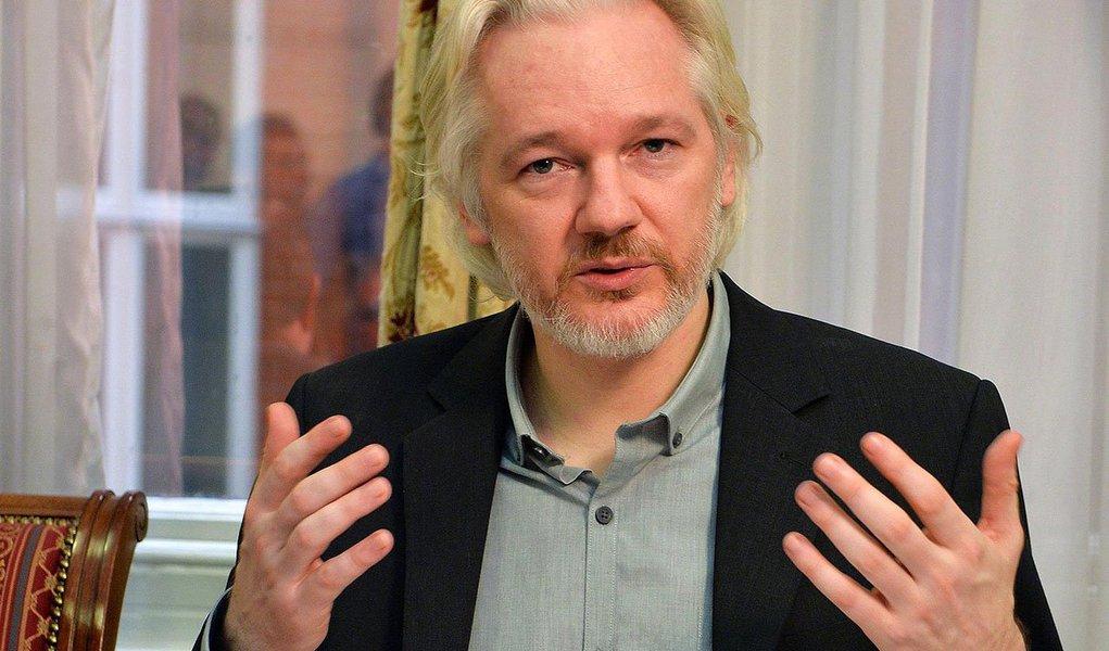 Procuradores suecos pediram a aprovação do fundador do WikiLeaks, Julian Assange, para interrogá-lo em Londres, onde está abrigado na embaixada do Equador, em possível avanço para um caso que está estagnado há anos; um dos advogados de Assange disse que aceitou o pedido, mas acrescentou que o processo pode demorar porque também é necessário a autorização de autoridades britânicas e equatorianas; a Suécia quer interrogar Assange sobre um caso de suposto estupro e abuso sexual, os quais ele nega